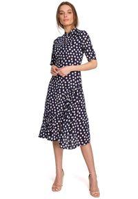 Style - Sukienka midi w duże grochy z asymetryczną falbaną granatowa. Kolor: niebieski. Wzór: grochy. Typ sukienki: asymetryczne. Styl: retro. Długość: midi