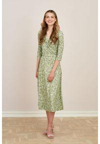 Marie Zélie - Sukienka Rita Sapidae zielona. Typ kołnierza: dekolt kopertowy. Kolor: zielony. Materiał: wiskoza, dzianina, materiał, elastan, tkanina. Długość rękawa: krótki rękaw. Typ sukienki: proste, kopertowe