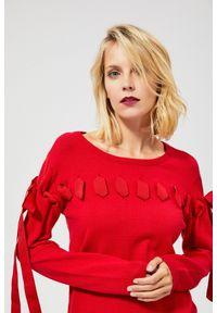 Czerwony sweter MOODO klasyczny, z klasycznym kołnierzykiem, długi, z długim rękawem