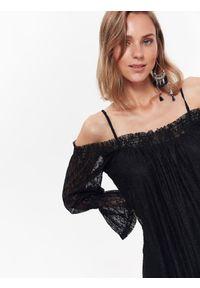 TOP SECRET - Elegancka sukienka koronkowa z odkrytymi ramionami. Kolor: czarny. Materiał: koronka. Długość rękawa: na ramiączkach. Sezon: wiosna, lato. Typ sukienki: z odkrytymi ramionami. Styl: elegancki