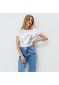 Mohito - Koszulka z błyszczącym nadrukiem - Biały. Kolor: biały. Wzór: nadruk