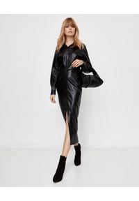 NANUSHKA - Sukienka koszulowa Sami ze skóry wegańskiej. Kolor: czarny. Materiał: skóra. Długość rękawa: długi rękaw. Sezon: jesień. Typ sukienki: koszulowe. Styl: klasyczny, elegancki. Długość: midi