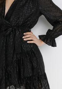 Born2be - Czarna Sukienka Phinea. Typ kołnierza: dekolt w kształcie V. Kolor: czarny. Materiał: materiał. Wzór: aplikacja. Typ sukienki: kopertowe. Styl: elegancki. Długość: mini