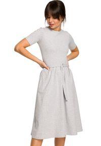 BE - Bawełniana rozkloszowana sukienka midi z paskiem. Okazja: do pracy, na spacer, na spotkanie biznesowe. Materiał: bawełna. Długość rękawa: krótki rękaw. Sezon: lato. Typ sukienki: rozkloszowane, dopasowane. Styl: biznesowy, elegancki. Długość: midi