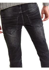 TOP SECRET - Spodnie denim z przeszyciami. Okazja: na co dzień. Kolor: czarny. Materiał: denim. Wzór: aplikacja. Sezon: zima. Styl: casual