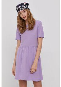 Jacqueline de Yong - Sukienka. Kolor: fioletowy. Materiał: tkanina. Długość rękawa: krótki rękaw. Wzór: gładki. Typ sukienki: rozkloszowane