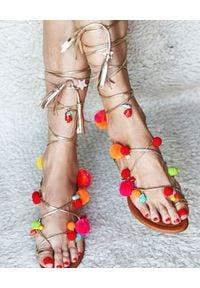 ALAMEDA TURQUESA - Sandały Tucano. Kolor: brązowy. Materiał: jedwab, bawełna. Wzór: aplikacja. Styl: elegancki