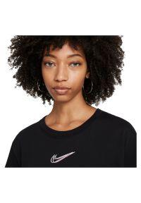 Koszulka damska Nike Sportswear DJ4125. Materiał: materiał, bawełna. Długość rękawa: krótki rękaw. Długość: krótkie