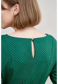 Marie Zélie - Sukienka Anastazja ciemnozielona w kropeczki. Kolor: zielony. Materiał: materiał, bawełna, dzianina, skóra, elastan. Typ sukienki: rozkloszowane. Styl: klasyczny
