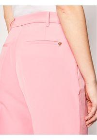 Różowe spodnie materiałowe Guess