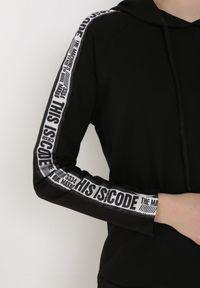 Born2be - Czarna Bluza Myrithithe. Typ kołnierza: kaptur. Kolor: czarny. Materiał: jeans, dzianina. Długość rękawa: długi rękaw. Długość: długie. Wzór: napisy, aplikacja