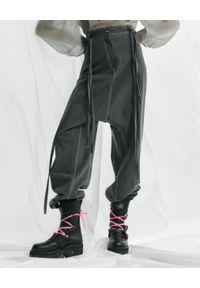 VICHER - Szare spodnie jeansowe RIVERA. Stan: podwyższony. Kolor: szary. Wzór: paski