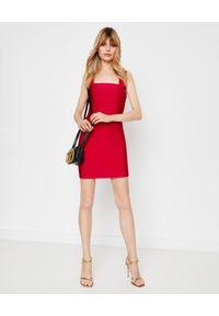 HERVE LEGER - Czerwona sukienka bandażowa. Okazja: na randkę, na imprezę. Kolor: czerwony. Materiał: materiał. Typ sukienki: dopasowane. Długość: mini