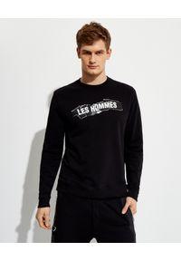 Les Hommes - LES HOMMES - Czarna bluza z kontrastowym nadrukiem. Okazja: na co dzień. Kolor: czarny. Materiał: bawełna, jeans. Długość rękawa: długi rękaw. Długość: długie. Wzór: nadruk. Styl: klasyczny, casual