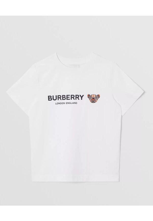 BURBERRY CHILDREN - Biała koszulka z logo i misiem 4-14 lat. Okazja: na co dzień. Kolor: biały. Materiał: bawełna. Wzór: napisy, kratka, nadruk. Sezon: lato. Styl: klasyczny, casual