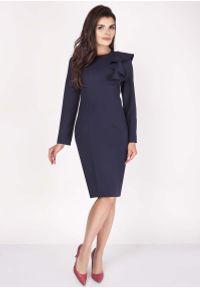 Nommo - Granatowa Sukienki Ołówkowa Midi z Falbaną na Ramieniu. Kolor: niebieski. Materiał: wiskoza, poliester. Typ sukienki: ołówkowe. Długość: midi