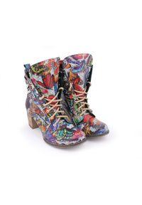 Zapato - botki - skóra naturalna - model 451 - kolor motyl. Wysokość cholewki: za kostkę. Materiał: skóra. Wzór: kolorowy. Sezon: wiosna, jesień, zima. Obcas: na obcasie. Styl: rockowy, boho, klasyczny, elegancki. Wysokość obcasa: średni