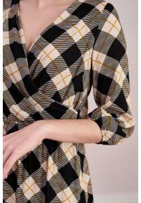 Marie Zélie - Sukienka Greta krata czarna z kamelem. Typ kołnierza: dekolt kopertowy. Kolor: czarny. Materiał: bawełna, wiskoza, dzianina, materiał, tkanina, skóra, poliester. Długość rękawa: krótki rękaw. Typ sukienki: kopertowe. Styl: klasyczny. Długość: midi