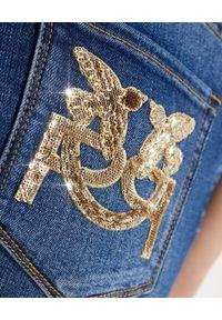 Pinko - PINKO - Jeansy ze złotą aplikacją na kieszeni Sabrina. Kolor: niebieski. Wzór: aplikacja