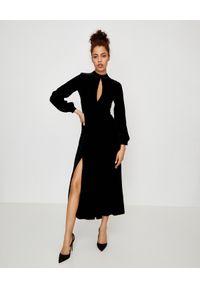 RAQUEL DINIZ - Czarna sukienka z jedwabiu. Kolor: czarny. Materiał: jedwab. Długość rękawa: długi rękaw. Typ sukienki: rozkloszowane. Styl: elegancki. Długość: maxi