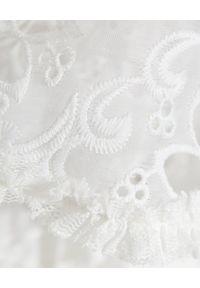 IXIAH - Biała sukienka Nostalgic Maxi. Kolor: biały. Materiał: koronka. Wzór: aplikacja, koronka. Sezon: lato. Typ sukienki: z odkrytymi ramionami. Długość: maxi