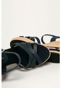 Niebieskie sandały TOMMY HILFIGER na koturnie, na klamry