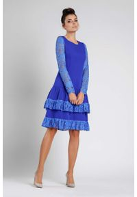 Niebieska sukienka wizytowa Nommo w koronkowe wzory, wizytowa