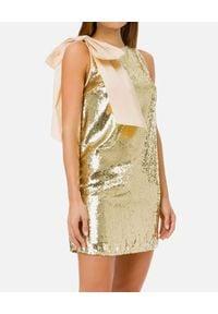 Elisabetta Franchi - ELISABETTA FRANCHI - Cekinowa sukienka z kokardą. Typ kołnierza: kokarda. Kolor: złoty. Typ sukienki: kopertowe. Długość: mini