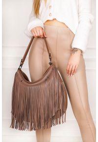 Casu - Beżowa torebka z frędzlami casu ak-61/512039. Kolor: beżowy. Dodatki: z frędzlami