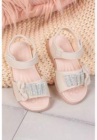 Casu - beżowe sandały na rzep z kokardką i cyrkoniami casu 20u6/m. Zapięcie: rzepy. Kolor: beżowy. Materiał: skóra ekologiczna. Sezon: lato. Styl: elegancki