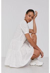 Vero Moda - Sukienka bawełniana. Typ kołnierza: kołnierzyk stójkowy. Kolor: biały. Materiał: bawełna. Długość rękawa: krótki rękaw