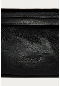Czarna listonoszka Desigual gładkie, skórzana, z haftem