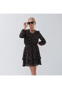 House - Sukienka z wiązaniem przy dekolcie - Czarny. Kolor: czarny