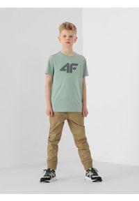 4f - Spodnie miejskie chłopięce (122-164). Okazja: na co dzień. Kolor: beżowy. Materiał: bawełna, tkanina. Styl: casual