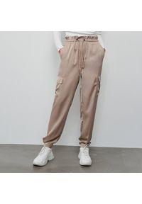 Reserved - Satynowe spodnie cargo - Beżowy. Kolor: beżowy. Materiał: satyna