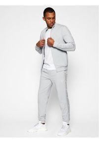Guess Spodnie dresowe U1GA11 K6ZS1 Szary Regular Fit. Kolor: szary. Materiał: dresówka