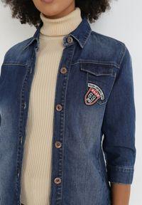 Born2be - Granatowa Kurtka Jeansowa Kaleope. Kolor: niebieski. Materiał: jeans. Wzór: aplikacja, kolorowy. Styl: klasyczny