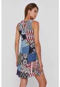 Desigual - Sukienka. Okazja: na co dzień. Materiał: włókno, tkanina. Długość rękawa: na ramiączkach. Typ sukienki: proste. Styl: casual
