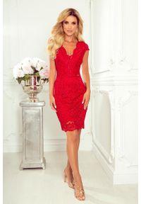 Numoco - Czerwona Koronkowa Sukienka z Kobiecym Dekoltem V. Kolor: czerwony. Materiał: koronka