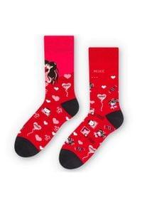 More - Walentynkowe skarpetki LOVE - czerwone SK233. Kolor: czerwony. Materiał: bawełna, poliamid, elastan. Wzór: kolorowy