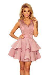 Różowa sukienka wieczorowa Numoco na imprezę, w koronkowe wzory