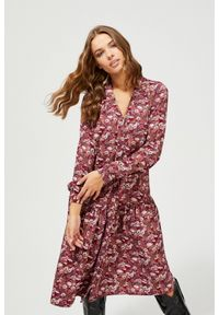 Różowa sukienka MOODO na co dzień, w kwiaty, z dekoltem w serek, prosta