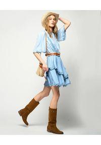 Pinko - PINKO - Niebieska sukienka z falbanami Annabel. Typ kołnierza: kołnierz z falbankami. Kolor: niebieski. Materiał: tkanina, zamsz, denim, lyocell. Styl: boho. Długość: mini