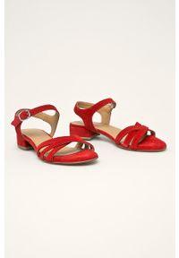 Czerwone sandały Tamaris na klamry