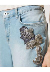 TwinSet - TWINSET - Jeansy typu boyfriend z cekinowymi naszywkami. Stan: obniżony. Kolor: niebieski. Wzór: aplikacja