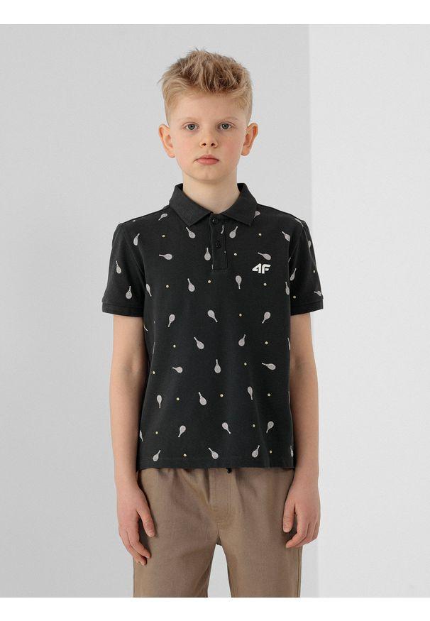 4f - Koszulka polo regular z nadrukiem chłopięca. Typ kołnierza: polo. Kolor: szary. Materiał: materiał. Długość rękawa: krótki rękaw. Wzór: nadruk