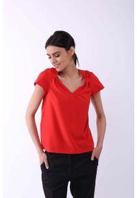 Nommo - Czerwona Klasyczna Bluzka z Ozdobnym Dekoltem V. Kolor: czerwony. Materiał: wiskoza, poliester. Styl: klasyczny