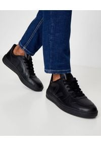 Veja - VEJA - Czarne sneakersy ze skóry V-10. Okazja: na co dzień. Kolor: czarny. Materiał: jersey, guma, dresówka, poliester, bawełna. Szerokość cholewki: normalna. Wzór: aplikacja