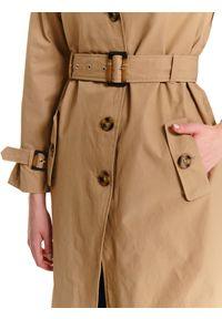 Beżowy płaszcz TOP SECRET z klasycznym kołnierzykiem, z aplikacjami, klasyczny, na lato