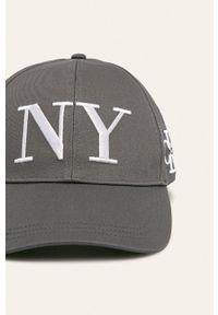 Szara czapka z daszkiem Calvin Klein Jeans z aplikacjami